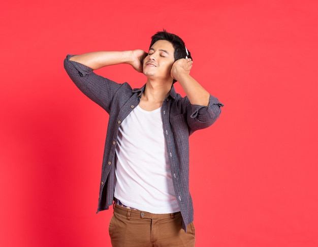 Hombre guapo en auriculares escuchando música al aire libre