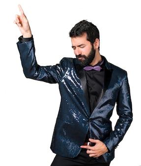 Hombre guapo con el baile chaqueta de lentejuelas