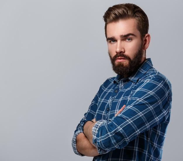 Hombre guapo con barba en camisa a cuadros