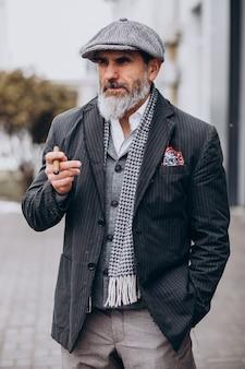 Hombre guapo con barba fumando cigarrillo