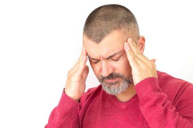 Hombre guapo con barba que sufre de dolor de cabeza, resaca, migraña, vértigo o estrés