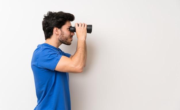 Hombre guapo con binoculares negros