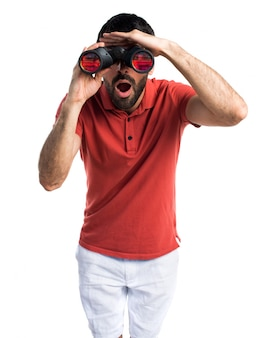 Hombre guapo con binoculares