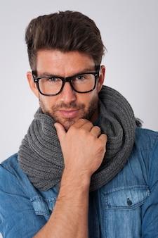 Hombre guapo con bufanda y gafas de moda