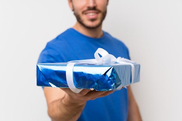 Hombre guapo con caja de regalo