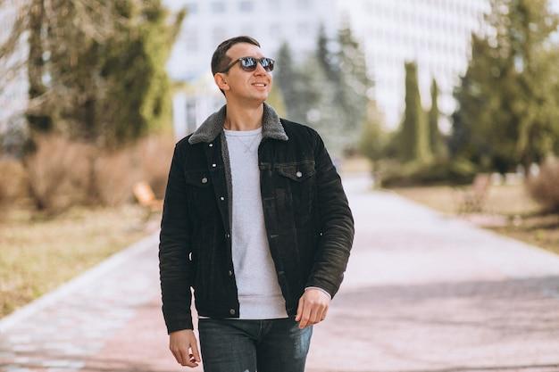 Hombre guapo caminando en el parque