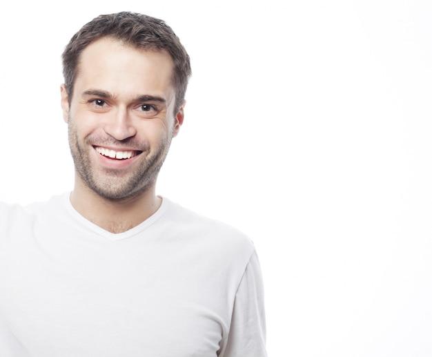 Hombre guapo en camisa blanca en blanco