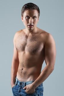 Hombre guapo sin camisa