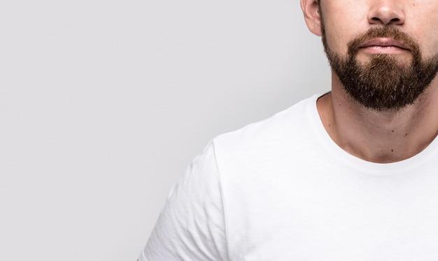 Hombre guapo en camiseta blanca con espacio de copia