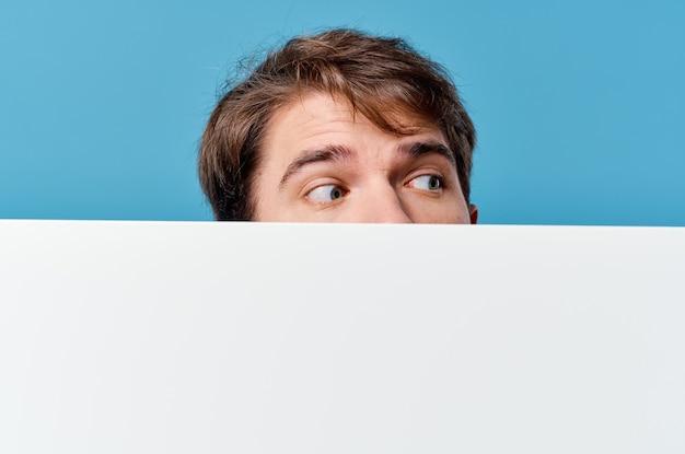 Hombre guapo con cartel de maqueta blanca firmar copyspace fondo azul