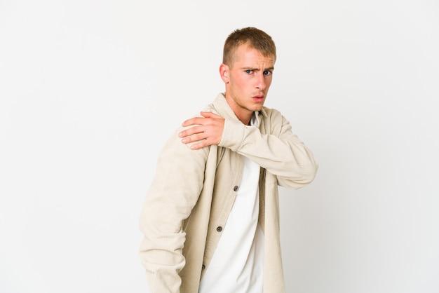 Hombre guapo caucásico joven que tiene un dolor de hombro.