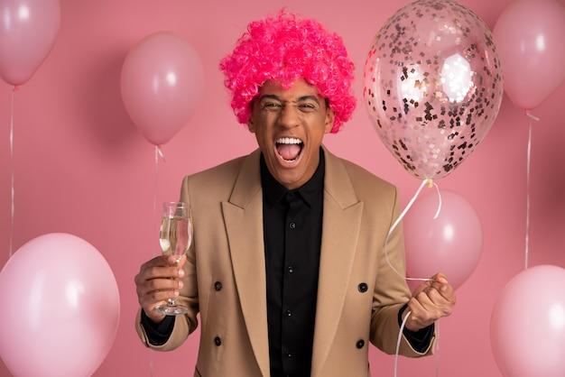 Hombre guapo celebrando en una fiesta de cumpleaños