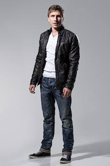 Hombre guapo con chaqueta de cuero