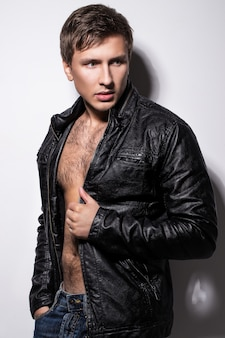 Hombre guapo, en, chaqueta
