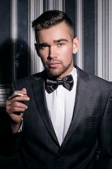 Hombre guapo con un cigarrillo