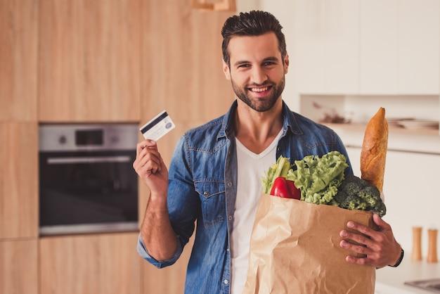 Hombre guapo en cocina