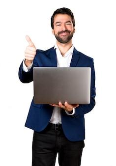 Hombre guapo con la computadora portátil
