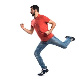 Hombre guapo corriendo rápido