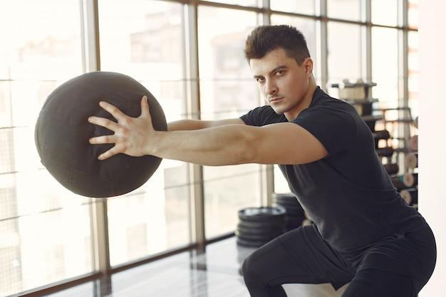 Un hombre guapo se dedica a un gimnasio