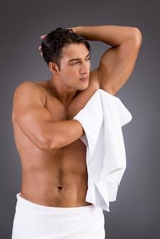 Hombre guapo después de tomar la ducha