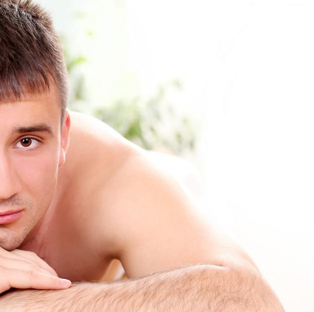 Hombre guapo disfrutando el procedimiento de masaje