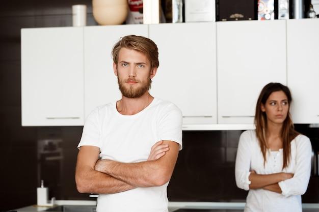 Hombre guapo disgustado en disputa con su novia
