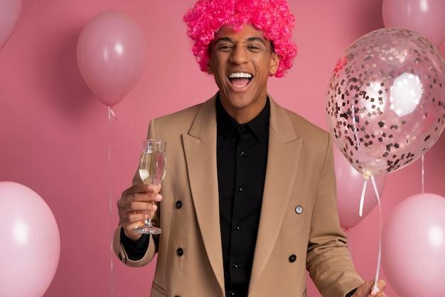 Hombre guapo divirtiéndose en una fiesta