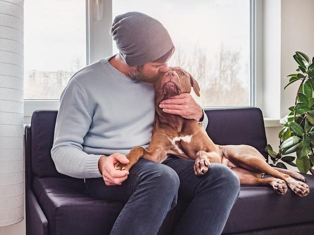 Hombre guapo y un encantador cachorro. de cerca