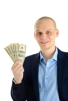 Hombre guapo feliz en un traje con abanico de billetes de dólar