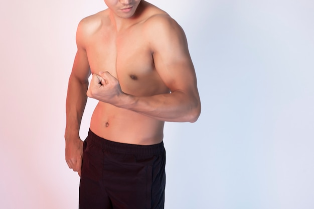 Hombre guapo fitness muscular
