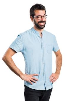 Hombre guapo con gafas azules guiñando