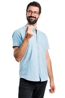 Hombre guapo con gafas azules haciendo dinero gesto