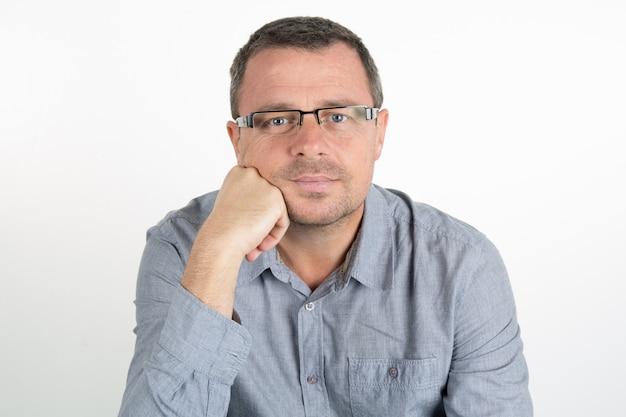 Hombre guapo con gafas en blanco