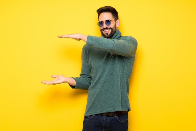 Hombre guapo con gafas de sol con copyspace para insertar un anuncio