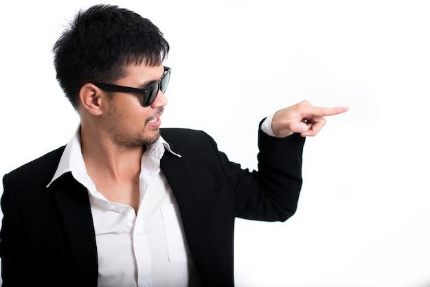 Hombre guapo con gafas de sol sobre fondo blanco