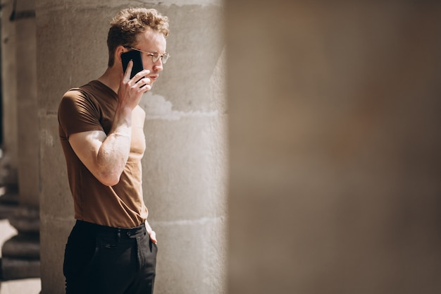 Hombre guapo en gafas con teléfono
