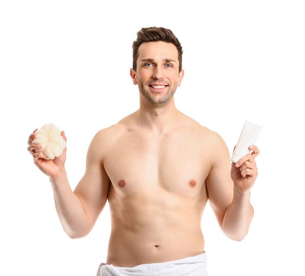 Hombre guapo con gel de ducha y esponja en blanco
