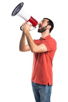 Hombre guapo gritando por megáfono