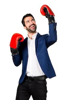 Hombre guapo con guantes de boxeo