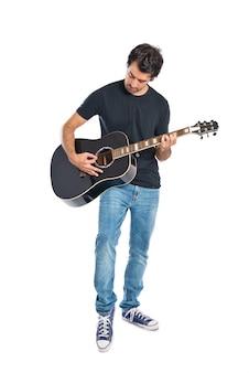 Hombre guapo con la guitarra sobre fondo blanco