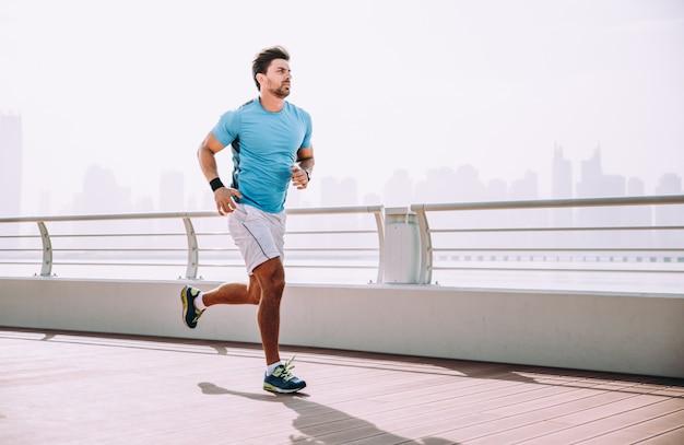 Hombre guapo haciendo ejercicio y diferentes ejercicios al aire libre