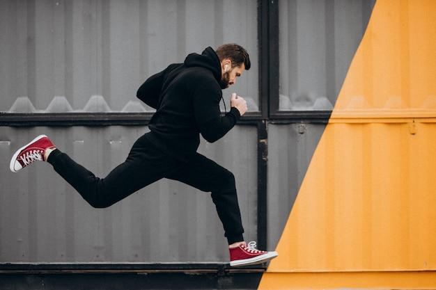 Hombre guapo haciendo ejercicio en el parque en ropa deportiva