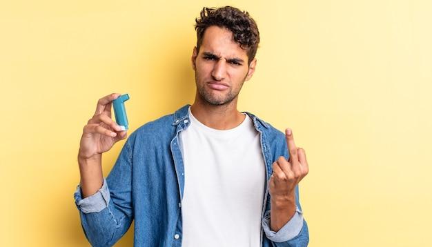 Hombre guapo hispano que se siente enojado, molesto, rebelde y agresivo. concepto de asma