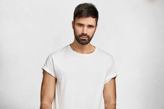 Hombre guapo joven con camiseta blanca