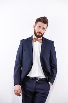 Hombre guapo joven elegante en retrato de moda de estudio de traje clásico negro