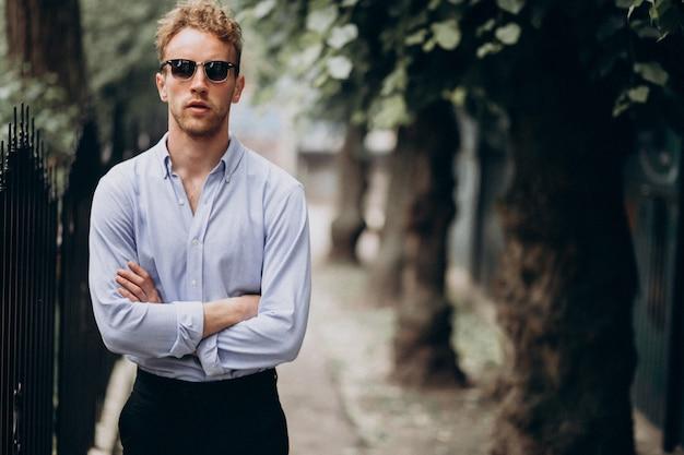 Hombre guapo joven con estilo en traje elegante