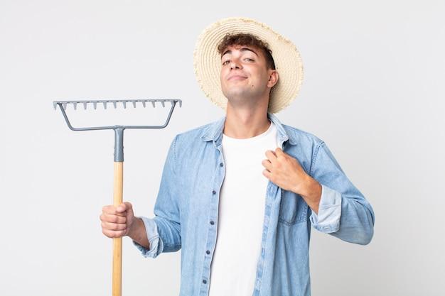 Hombre guapo joven que parece arrogante, exitoso, positivo y orgulloso. concepto de granjero