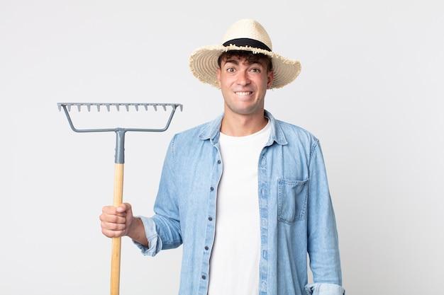 Hombre guapo joven que parece desconcertado y confundido. concepto de granjero