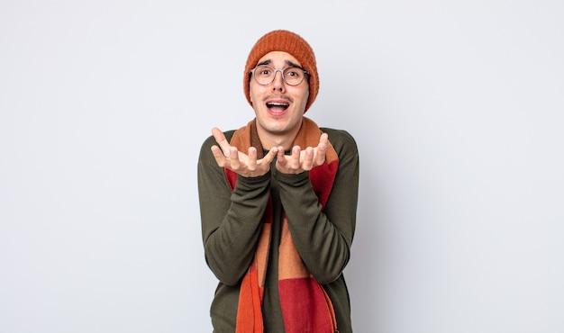 Hombre guapo joven que parece desesperado, frustrado y estresado. concepto de ropa de invierno