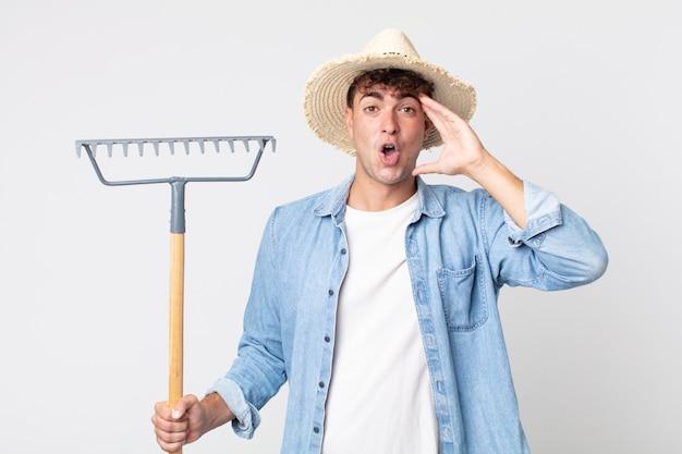 Hombre guapo joven que parece feliz, asombrado y sorprendido. concepto de granjero